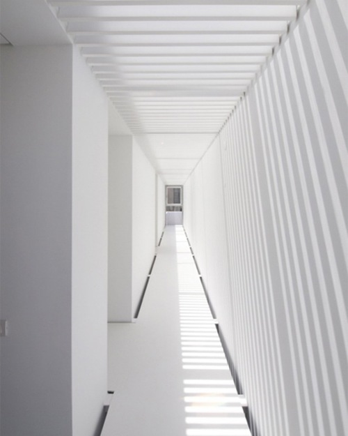 Casa minimalista en paco de arcos interiores for Arquitectura moderna minimalista