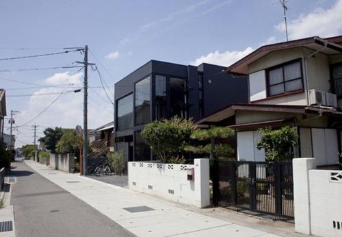 Casa de hendidura negra arquitectura moderna japonesa for Casa moderna japonesa