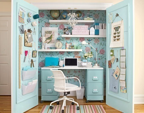 compact-home-office-in-a-closet