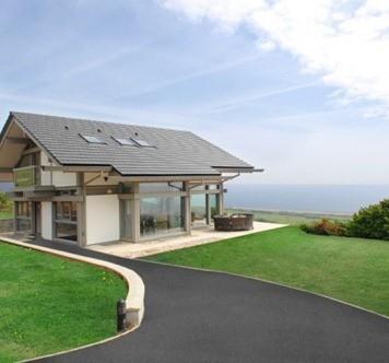 coastal-cottage-home-lovely-waterfront-retreat-uk-1