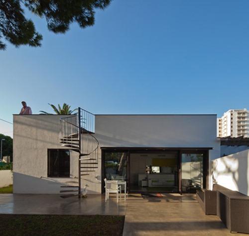 Dezeen_PC-House-by-XVA_7